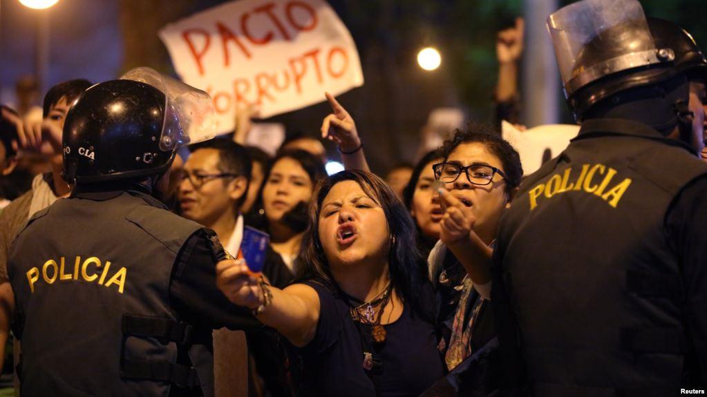 Protesters march near Centerio hospital after Peruvian President Pedro Pablo Kuczynski pardoned former President Alberto Fujimori in Lima, Peru, December 25, 2017. REUTERS/Guadalupe Pardo - RC14A2326040