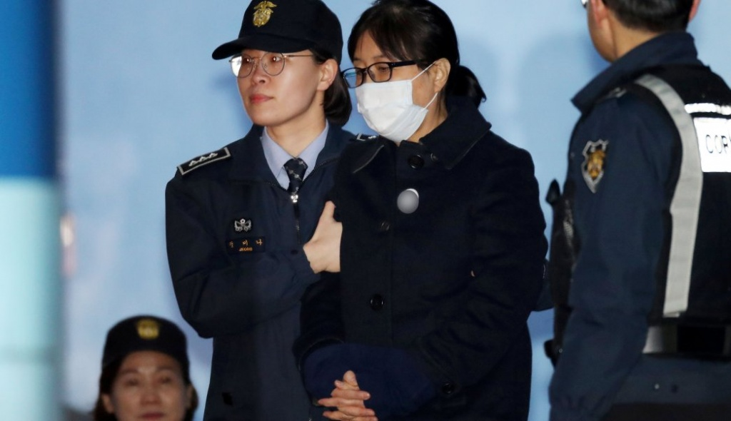 Choi Soon-sil, a confidante of former South Korean president Park Geun-hye, heads to take a bus to a detention center after being sentenced to 20 years in jail in Seoul, South Korea February 13, 2018.  Yonhap via REUTERS   ATTENTION EDITORS - THIS IMAGE HAS BEEN SUPPLIED BY A THIRD PARTY. SOUTH KOREA OUT. NO RESALES. NO ARCHIVE