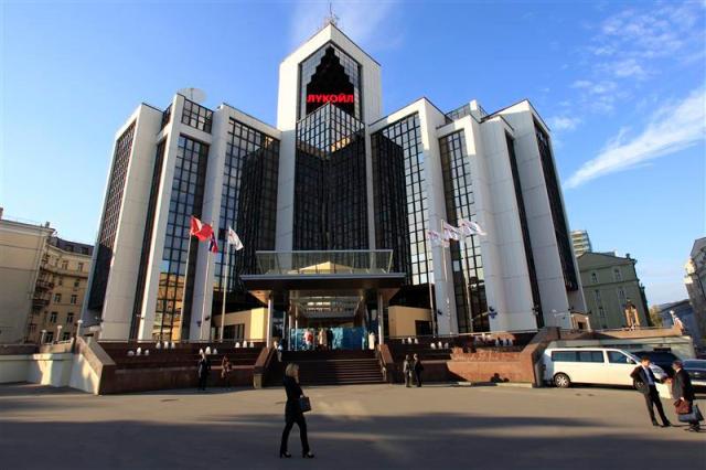 La casa matriz de Lukoil en Moscú, sep 13 2012. Lukoil, el segundo mayor productor de petróleo de Rusia, quiere vender su participación en un consorcio ruso que desarrolla un enorme proyecto de crudo en Venezuela debido a que no lo considerado prioritario, dijo el miércoles el jefe de la compañía. REUTERS/Sergei Karpukhin